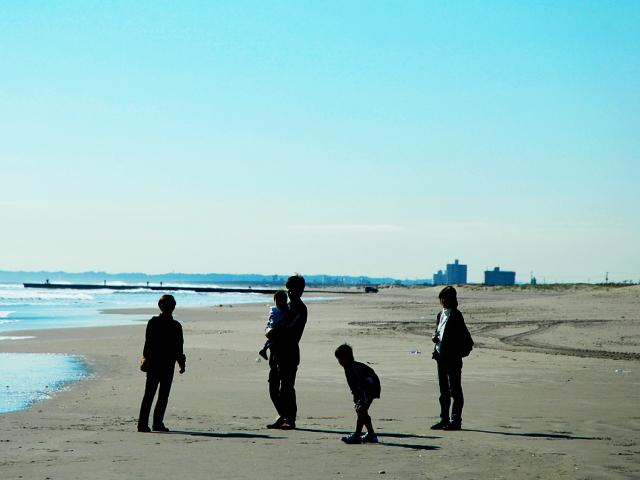 家族で海辺に